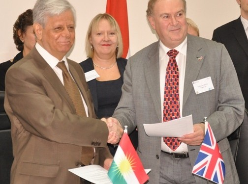 Tony Millns of English UK (right) and KRG Minister for Higher Education, Dr Ali Saeed Mohammad, sign the MOU on behalf of 450 member schools