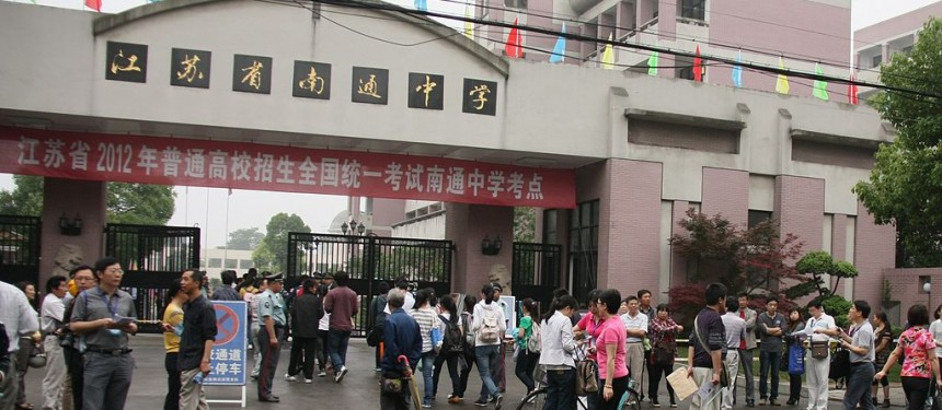 Students gather for the gaokao at Nantong Middle School in 2012. Photo: 江苏省南通中学教师范建.